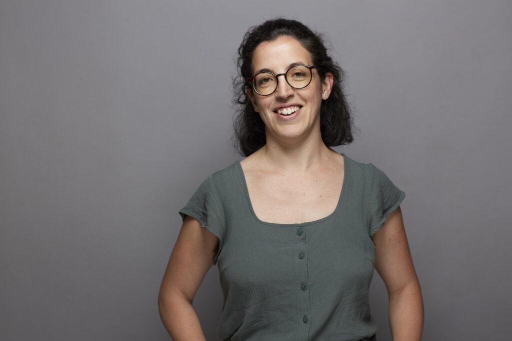 Regionalwert-Mitarbeiterin Elena Martín-Parra vor neutralem Hintergrund